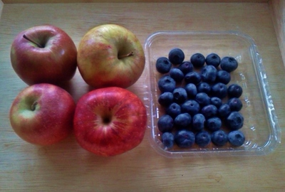 Apples and blueberries for crumble
