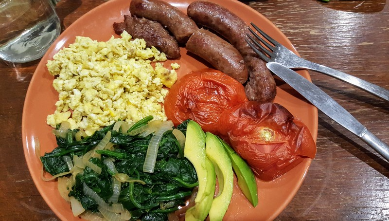 Baked sausages and tomato