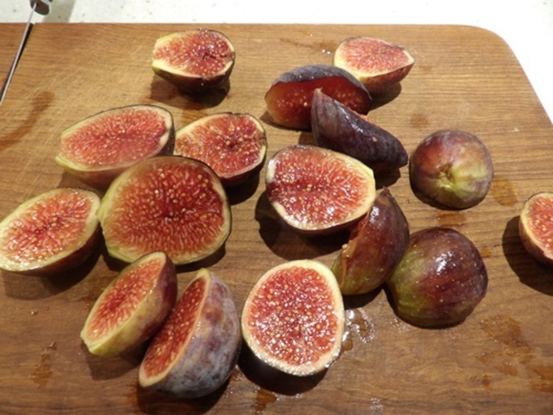 chopped,raw,fresh,figs