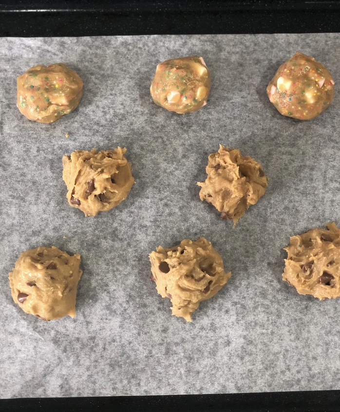 Cookies on the tray 5 cm apart
