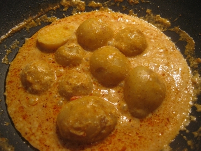 cooking,potatoes,in,curry
