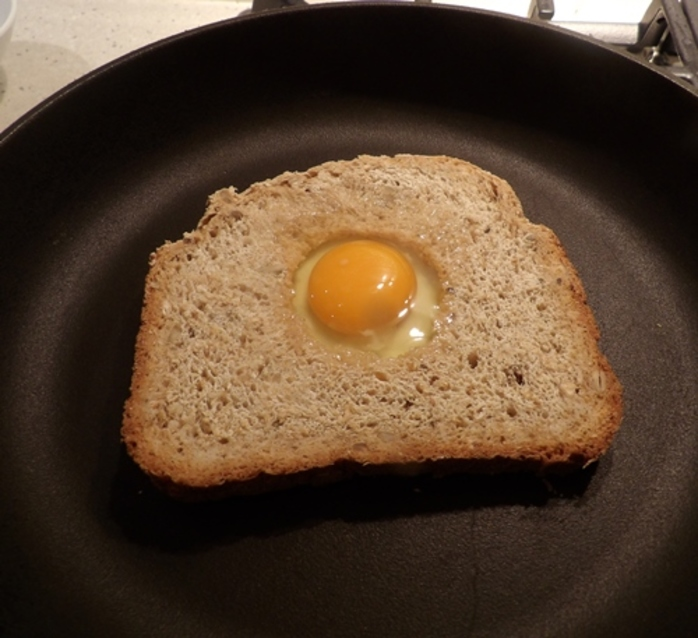 cracking,egg,in,middle,of,toast