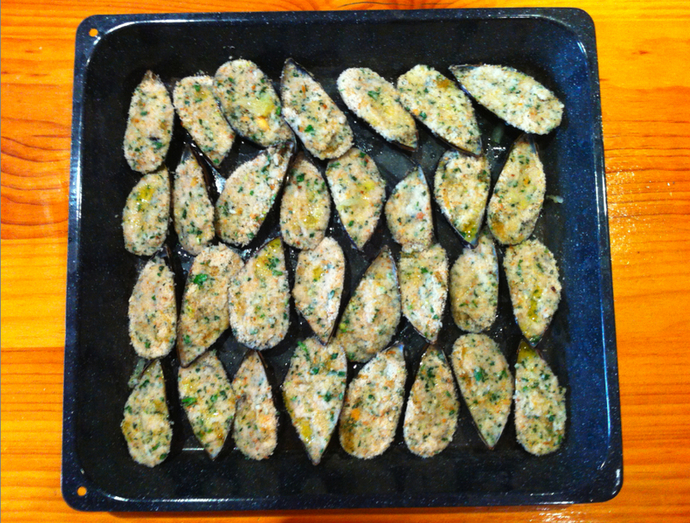 Drizzle oil and lemon juice over stuffed mussels