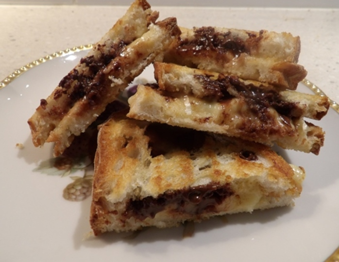 plated,brie,cheese,with,melted,chocolate,in,italian,bread