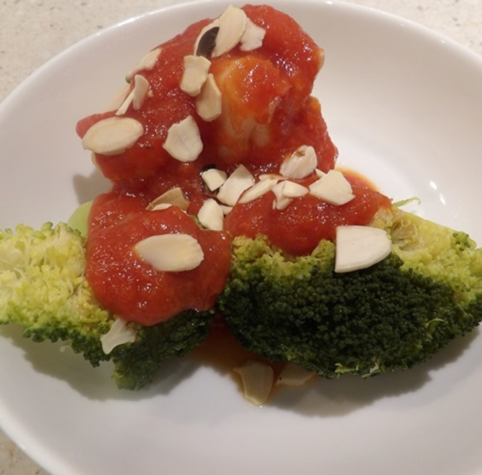 plated,cauliflower,and,broccoli,with,red,capsicum,sauce