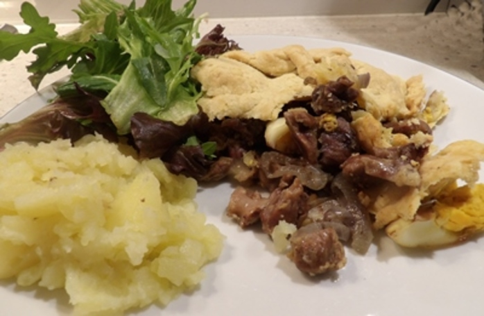 cooked,cut,giblet,pie
