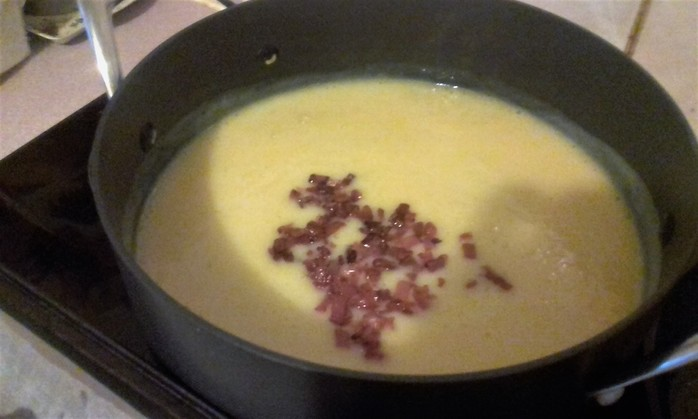 Put the bacon into the pureed soup and season.
