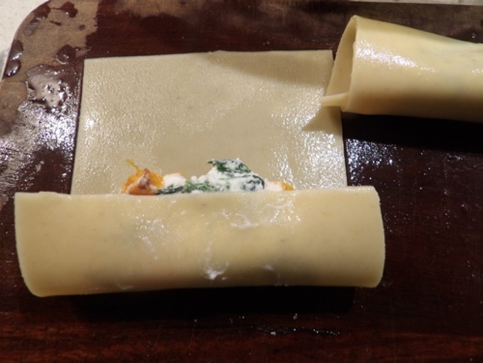 rolling,filling,in,lasagna,to,make,cannelloni