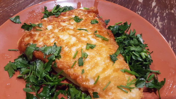 Saganaki cheese with garden salad and green beans