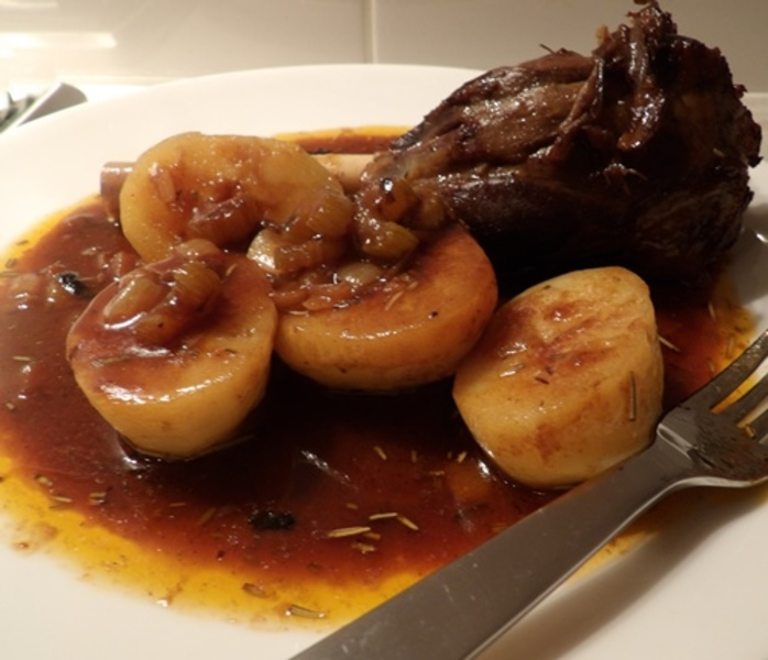slow,cooked,lamb,shank,with,potatoes,and,gravy