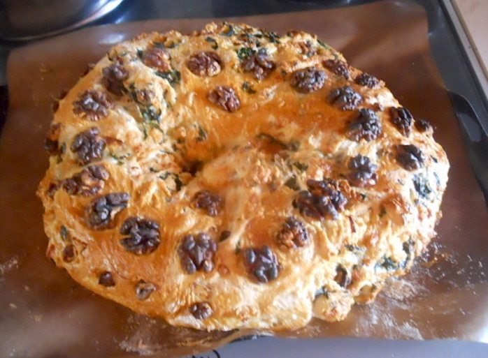 spinach, cheese, and walnut wreath, bread