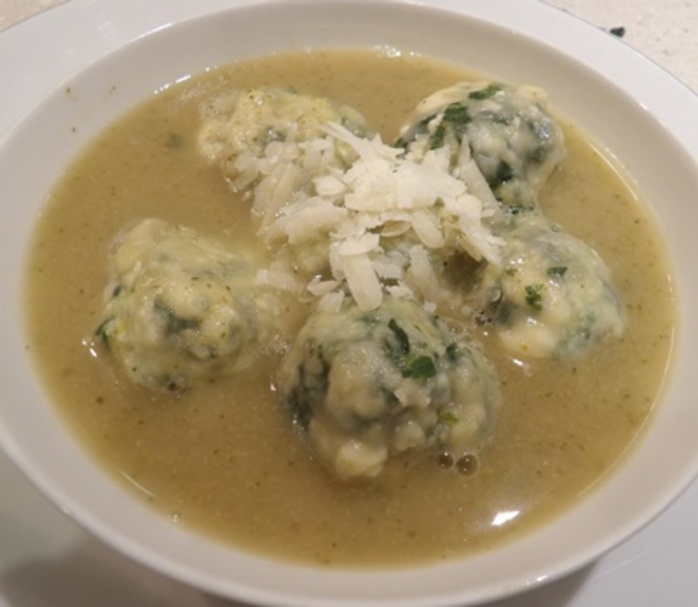 Spinach,and,ricotta,dumplings,in,home,made,chicken,broth