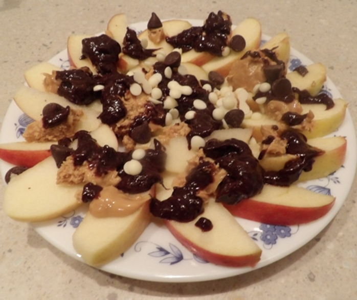 sweet,apple,nachos,with,chocolate,and,peanut,butter