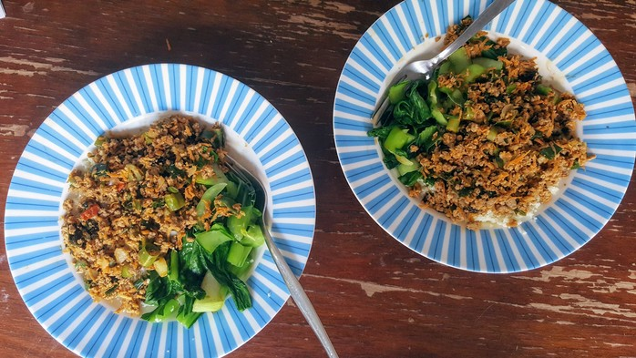 Thai beef mince with carrot, mint, coriander and spring onion, with cauliflower rice and bok choy