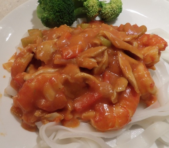 chicken,with,prawns,tomatoes,on,a,bed,of,noodles