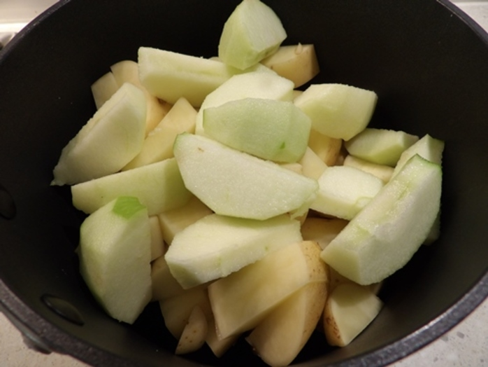 cooking,apples,and,potatoes,for,mash