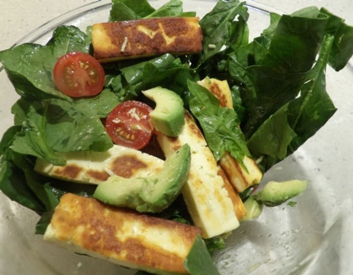 Haloumi,salad,with,spinach,and,tomatoes