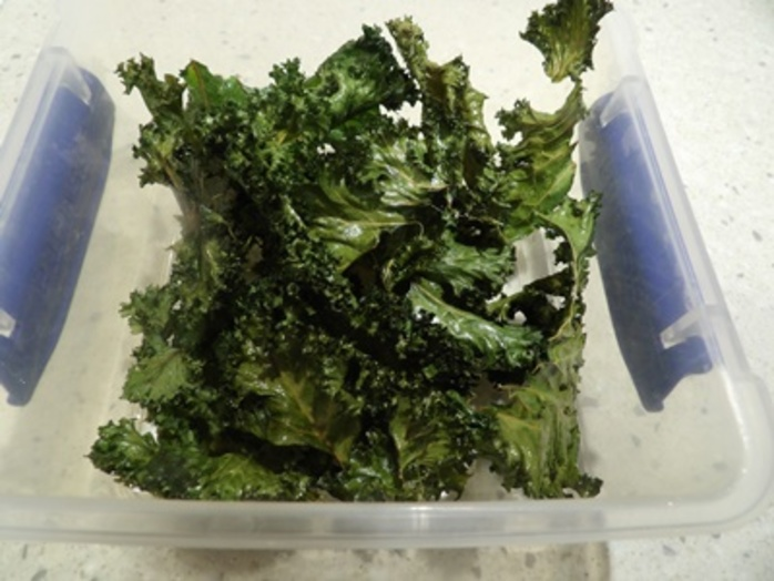 kale,chips,in,tupperware