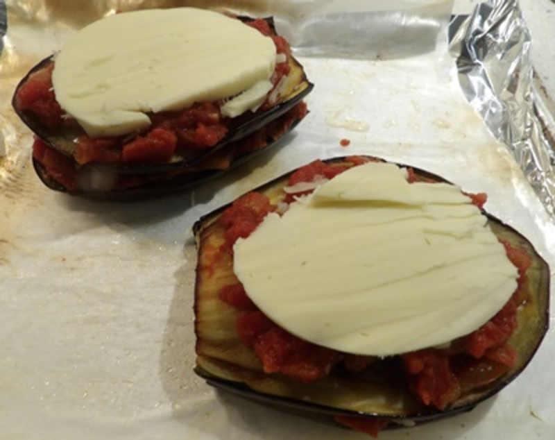 layering,mozzarella,tomato,sauce,in,between,eggplant