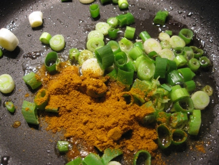 mixing,curry,spring,onions,garlic,for,pulled,turkey