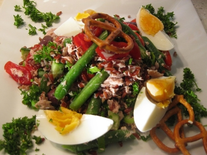nicoise,salad,plated,with,hard,boiled,eggs