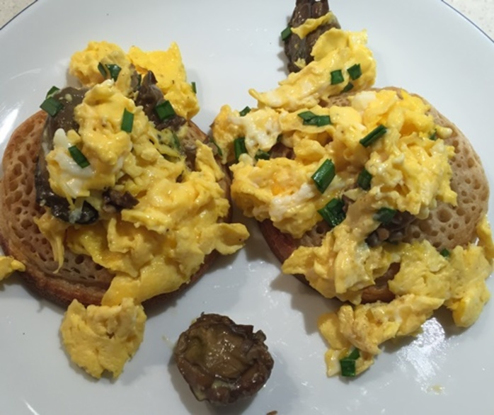 scrambled,eggs,with,smoked,oysters,on,toasted,crumpets
