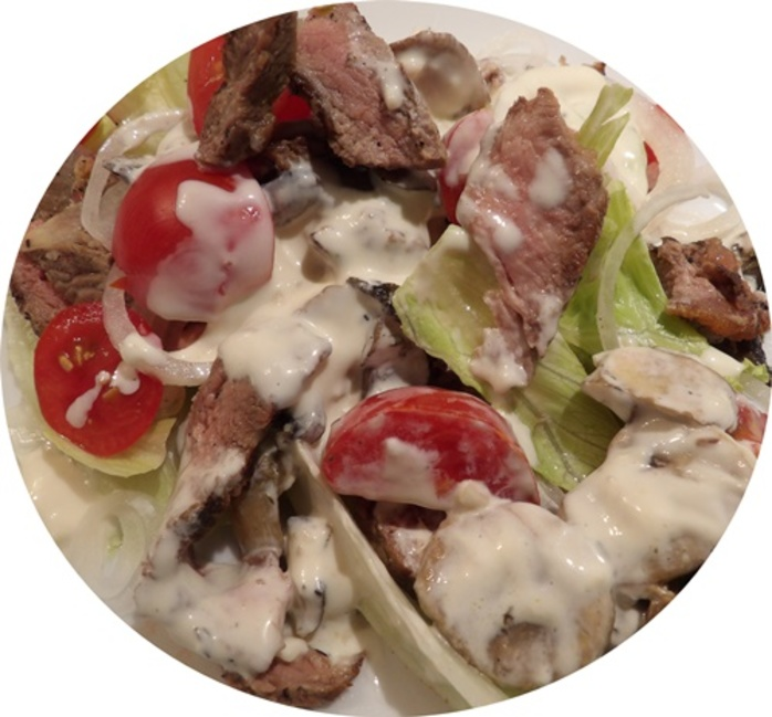 steak,salad,with,mushrooms,sauce,and,lettuce